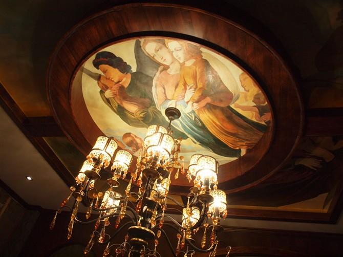 内部装饰采用欧式复古风格